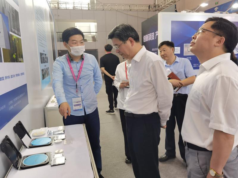 陈炳荣副市长参观第三代半导体展